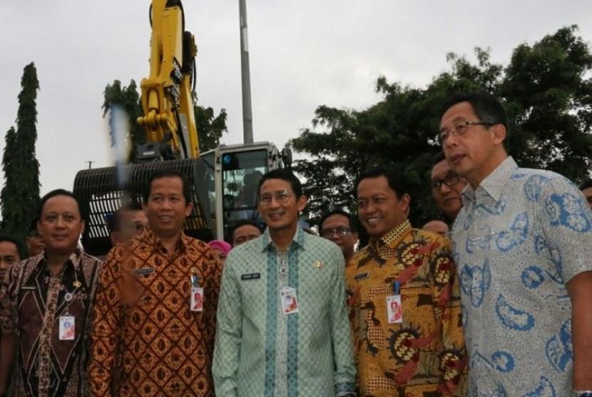 Wakil Gubernur Provinsi DKI Jakarta Sandiaga Salahuddin Uno saat memberikan alat di pengelolaan lingkungan hidup di kantor Dinas Lingkungan Hidup DKI, Cililitan, Jakarta Timur, Kamis (21/12).