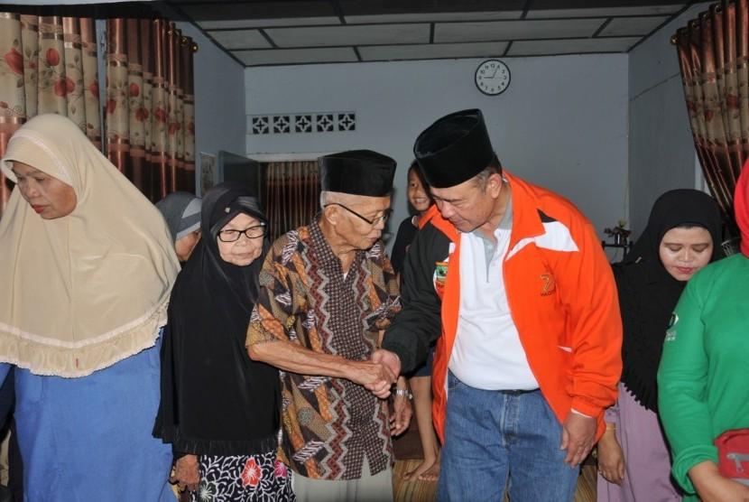 Wakil Gubernur Sumatera Barat Nasrul Abit berkunjung ke Kediaman keluarga besar Zulfirmansyah, korban penembakan di Selandia Baru,  di daerah Lapai, Kota Padang, Ahad (17/3).
