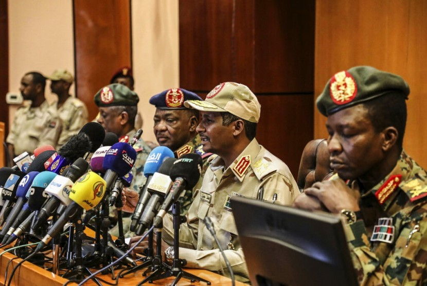 Wakil Kepala Dewan Militer Sudan Jenderal Mohamed Hamdan Dagalo (kedua dari kanan) berbicara dalam konferensi pers di Khartoum, Sudan, 30 April 2019.