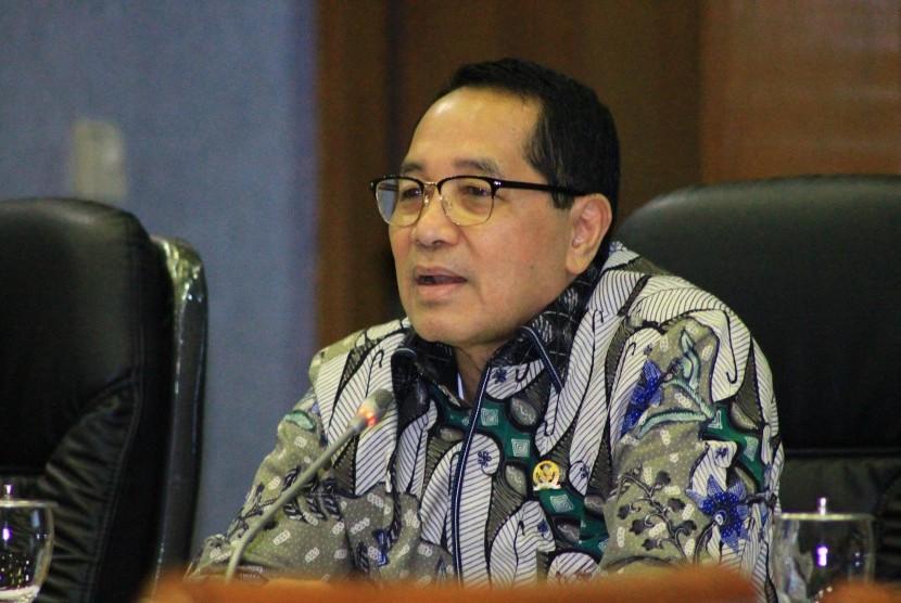 Wakil Ketua Badan Legislasi (Baleg) DPR RI, Firman Soebagyo, menghadiri Rapat Dengar Pendapat (RDP) Baleg dengan Dirjen Penyelenggaraan Pos dan Informatika Kominfo terkait pembahasan RUU Penyiaran di Gedung DPR RI, Jakarta, Senin (4/4).