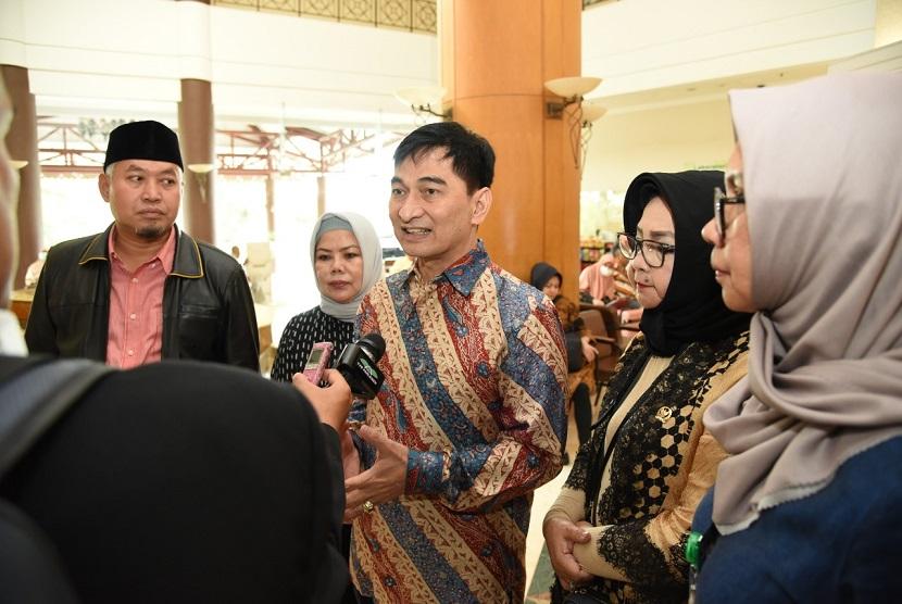 Wakil Ketua Badan Urusan Rumah Tangga DPR RI Achmad Dimyati Natakusumah menilai Pemerintah terlalu banyak mengeluarkan aturan penanganan covid-19