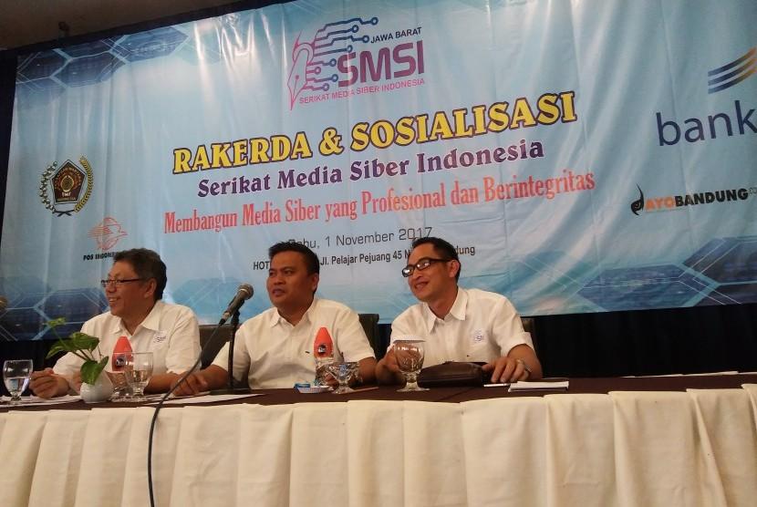 Wakil Ketua Bidang Organisasi PWI Jabar M Syafrin Zaini (kiri) dan Ketua SMSI Provinsi Jabar Hardiyansyah (tengah) saat memimpin Rapat Kerja Daerah (Rakerda) SMSI Provinsi Jabar di Hotel Horison, Kota Bandung, Rabu (1/11).