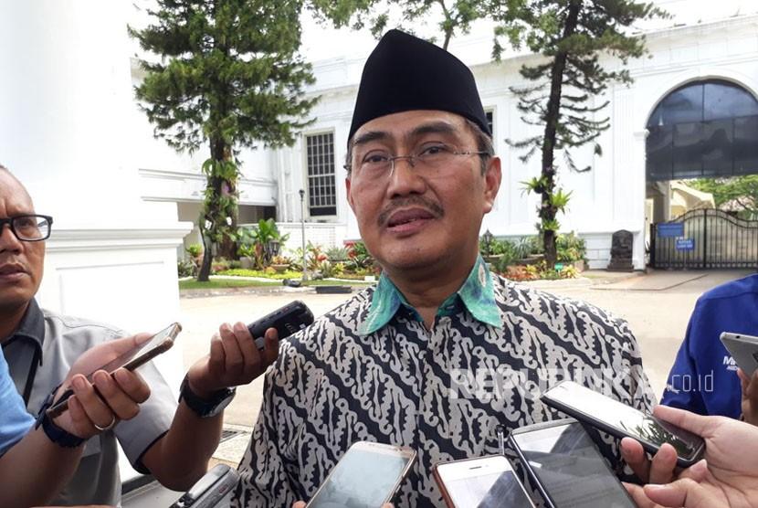 Wakil Ketua Dewan Gelar Jimly Asshiddqie memberikan keterangan pers terkait pemberian gelar, Kamis (26/10).