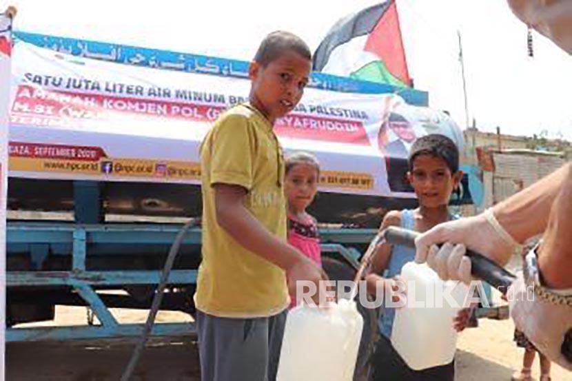 Petugas membagikan air minum kepada warga di Jalur Gaza, Palestina