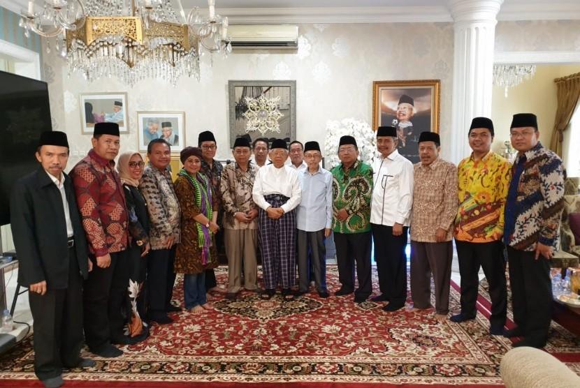 Wakil Ketua Dewan Perwakilan Daerah Republik Indonesia Akhmad Muqowam beserta tokoh nasional bersilaturahim ke kediaman Ma'ruf Amin.
