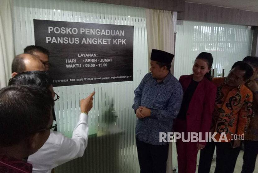 Wakil Ketua Dewan Perwakilan Rakyat (DPR) RI, Fahri Hamzah (berpeci), meresmikan Posko Pengaduan Pansus Angket KPK, di Gedung Nusantara III, Kompleks Parlemen, Jakarta, Senin (19/6).