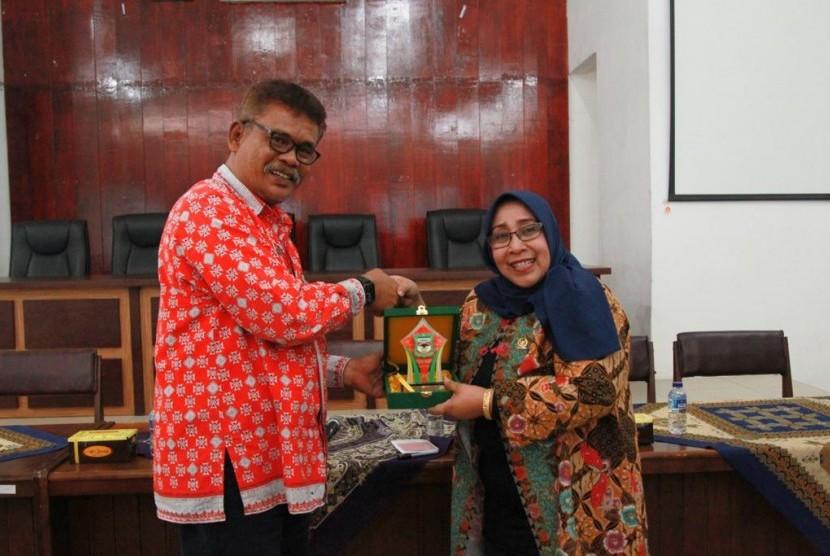 Wakil Ketua DPD RI Darmayanti Lubis saat melakukan dialog tatap muka dengan jajaran kepala dinas, camat dan lurah di Balai Pemerintah Kota Pematangsiantar, Provinsi Sumatra Utara, Kamis (14/3).