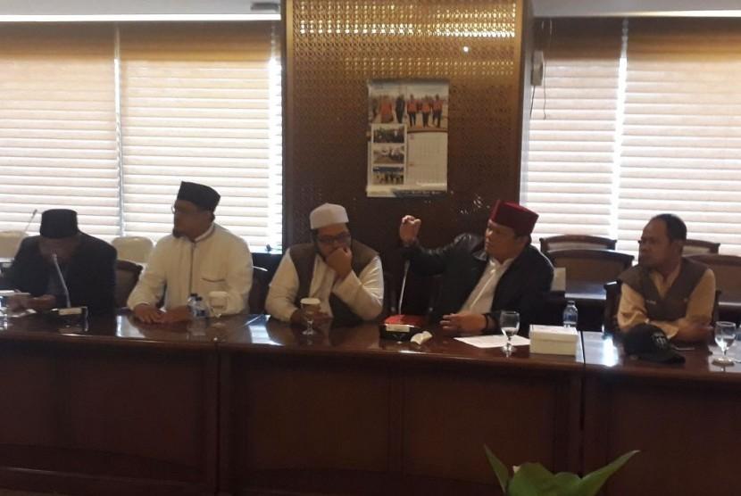 Wakil Ketua DPR Fadli Zon menerima kedatangan Dewan Pengurus Pusat Persaudaraan Alumni 212 di Kompleks Parlemen Senayan, Jakarta, Rabu (16/5).
