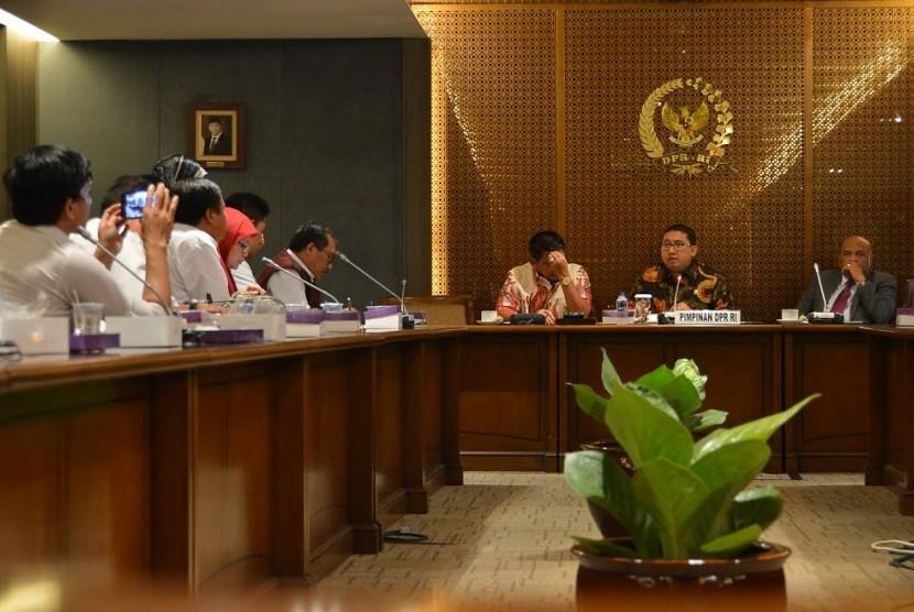 Wakil Ketua DPR Fadli Zon saat menerima sejumlah perwakilan Persatuan Perawat Nasional Indonesia (PPNI) Kamis (17/3).