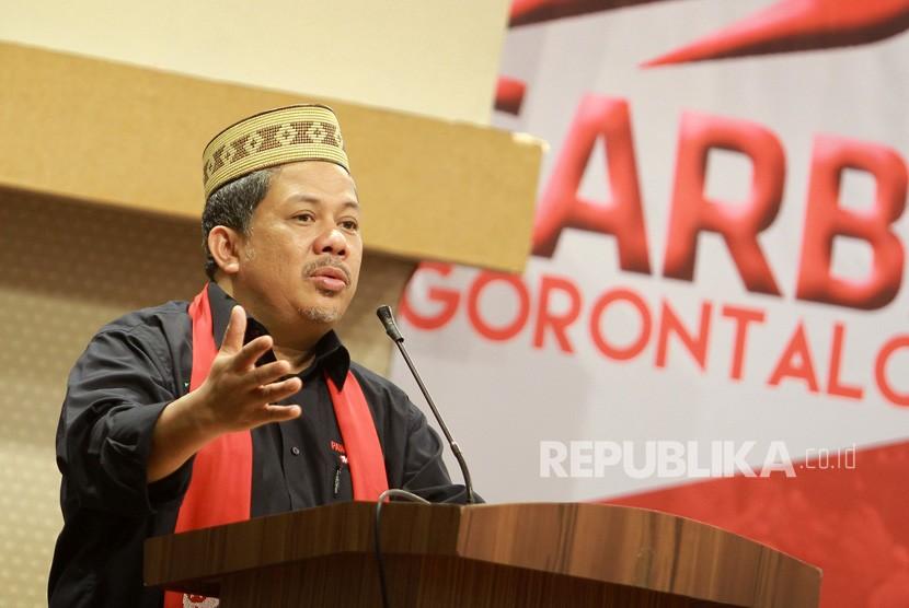 Wakil Ketua DPR Fahri Hamzah (kiri) memberikan sambutan pada kegiatan Orasi dan Dialog Kebangsaan Gerakan Arah Baru Indonesia (GARBI) di Kota Gorontalo, Gorontalo, Ahad (10/2/2019).