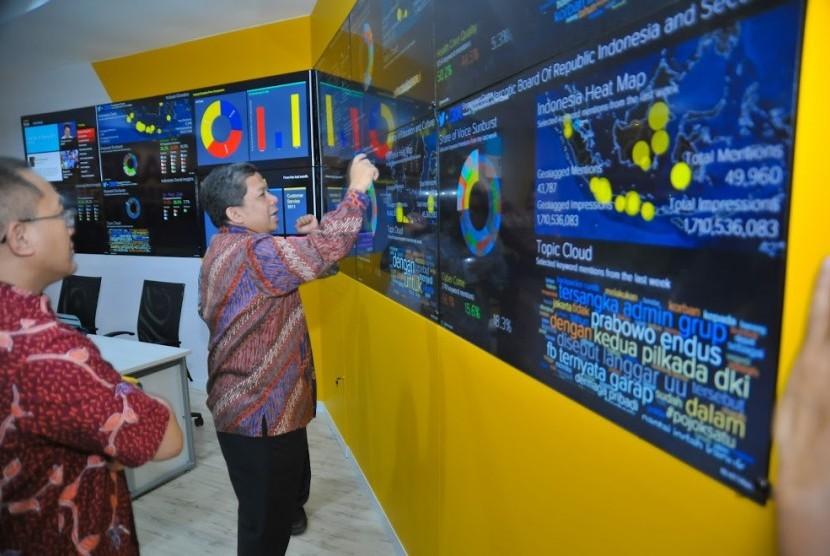 Wakil Ketua DPR Korkesra Fahri Hamzah saat berkunjung ke Sarana Digital Engagement Center di Gedung Indosat, Jakarta, Senin (20/3).