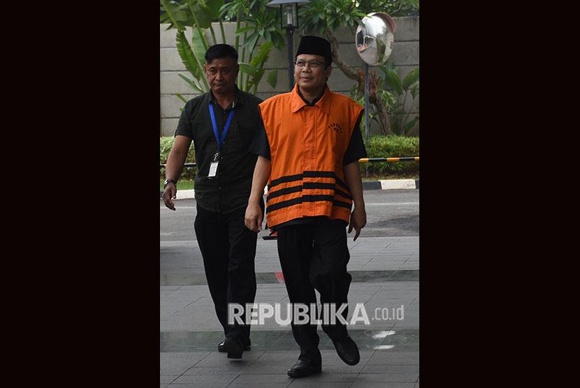Wakil Ketua DPR nonaktif Taufik Kurniawan (kanan) memasuki Gedung Komisi Pemberantasan Korupsi (KPK) untuk menjalani pemeriksaan di Jakarta, Rabu (7/11/2018).