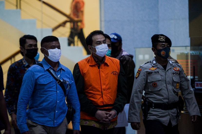Wakil Ketua DPR RI Azis Syamsuddin mengenakan rompi tahanan usai diperiksa di Gedung Merah Putih KPK, Jakarta, Sabtu (25/9).