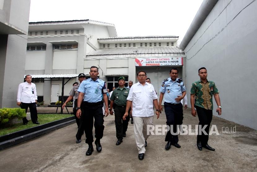 Wakil Ketua DPR RI, Fadli Zon (baju putih) usai melakukan kunjungan kerja ke lembaga pemasyarakatan (lapas) Gunung Sindur, Bogor, Jawa Barat, Rabu (10/5).