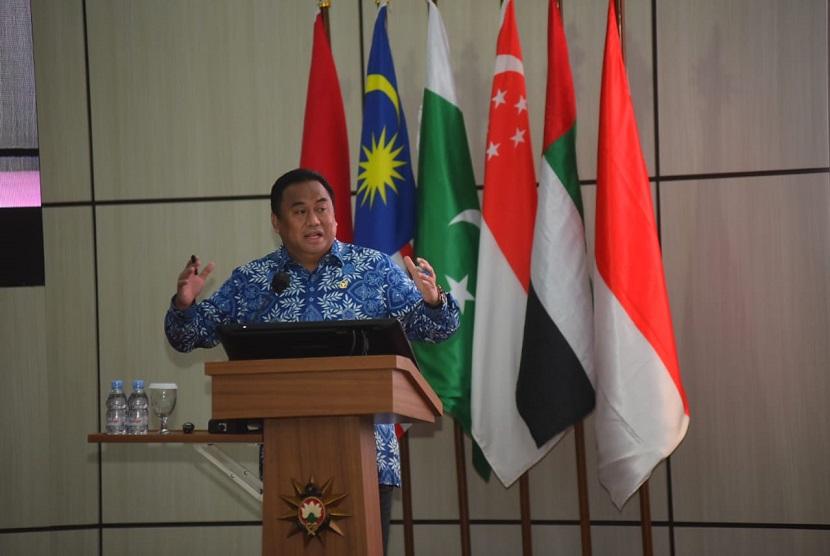 Wakil Ketua DPR RI Rachmat Gobel memaparkan pentingnya aspek ekonomi dalam sistem ketahanan nasional di hadapan perwira siswa Sekolah Staf dan Komando TNI Angkatan Laut (Seskoal), Senin, (14/6).