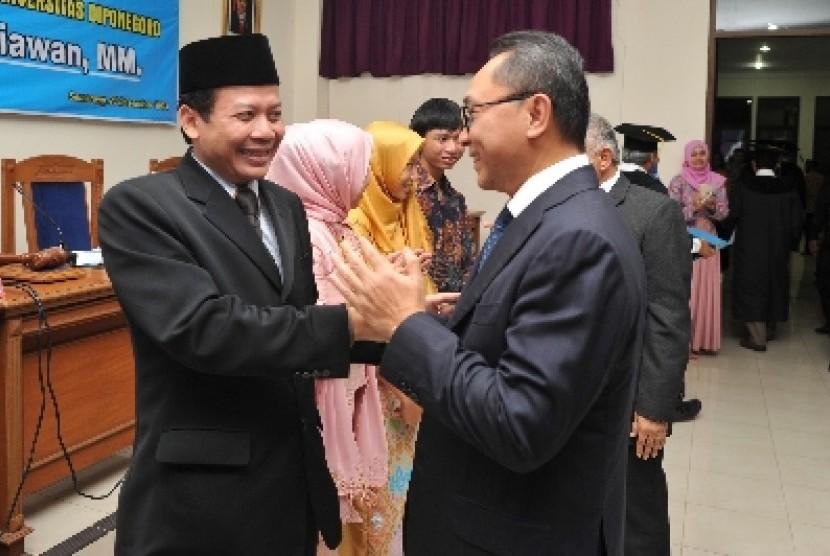 Wakil Ketua DPR Taufik Kurniawan (kiri).
