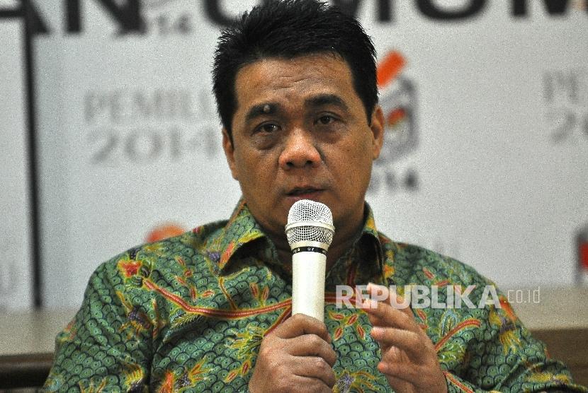 Wakil Ketua Komisi II DPR RI Ahmad Riza Patria memberikan paparannya saat Diskusi Media di Kantor KPU RI, Jakarta, Selasa (3/10).