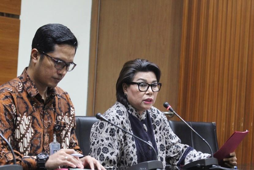 Wakil Ketua Komisi Pemberantasan Korupsi (KPK) Basaria Panjaitan (kanan) didampingi Juru bicara KPK Febri Diansyah, memberikan keterangan kepada wartawan tentang penetapan tersangka baru kasus korupsi di Gedung KPK, Jakarta, Selasa (10/7).