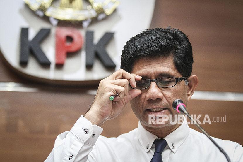 Wakil Ketua Komisi Pemberantasan Korupsi (KPK) Laode Muhammad Syarif menyampaikan keterangan pers di gedung KPK, Jakarta, Jumat (13/4).