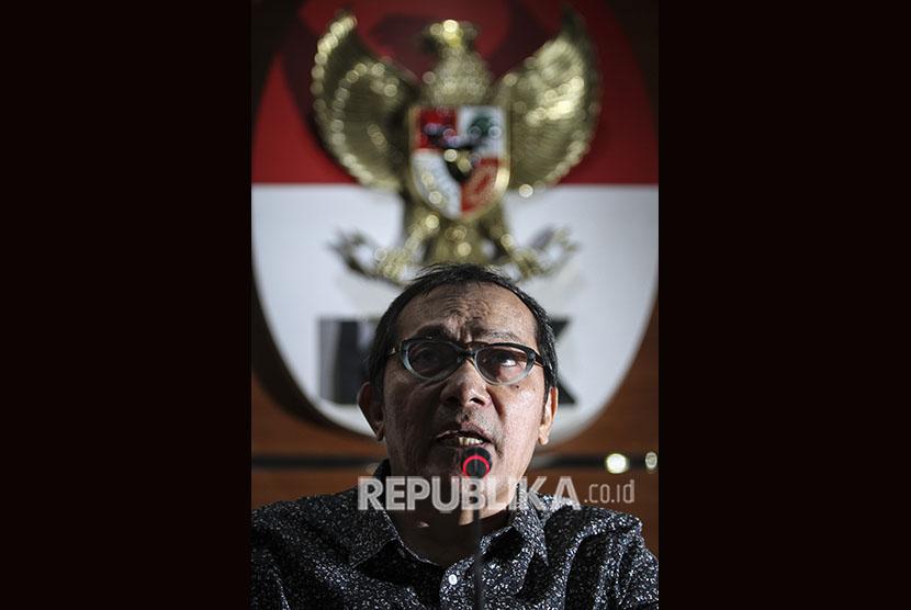 Wakil Ketua Komisi Pemberantasan Korupsi (KPK) Saut Situmorang memberi keterangan terkait Operasi Tangkap Tangan (OTT) KPK di Blitar dan Tulungagung di gedung KPK, Jakarta, Jumat (8/6).