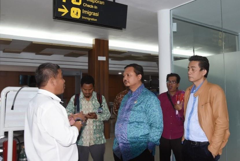 Wakil Ketua Komisi V DPR Sigit Sosiantomo dalam kunjungan kerjanya saat meninjau Bandara Silangit, Tapanuli Utara, Jumat (21/10).