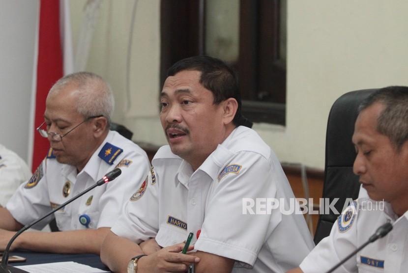 Wakil Ketua Komite Nasional Keselamatan Transportasi (KNKT) Haryo Satmiko (tengah) bersama Senior Investigator KNKT Ony Soerjo Wibowo (kanan) dan Kepala Sekretariat KNKT Bambang Sudaryono (kiri) memberikan keterangan pers pascakecelakaan pesawat Lion Air JT 610 di Kantor KNKT, Jakarta, Selasa (30/10/2018).
