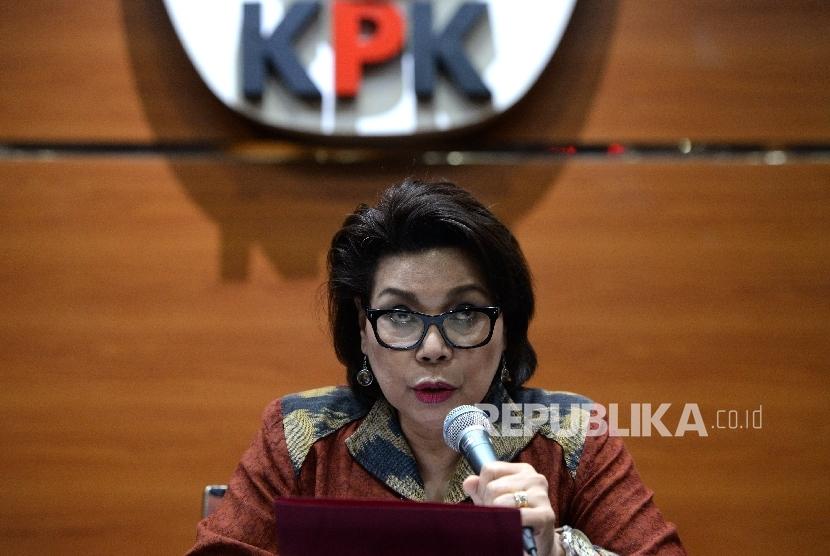 Wakil Ketua KPK Basaria Panjaitan saat konferensi pers rilis OTT di Gedung KPK, Jakarta, Selasa (6/6).
