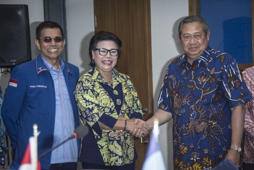 Wakil Ketua KPK Basaria Panjaitan (tengah) berjabat tangan dengan Ketua Umum Partai Demokrat Susilo Bambang Yudhoyono (kanan) didampingi Sekjen Partai Demokrat Hinca IP Pandjaitan XIII (kiri) sebelum melakukan diskusi di Kantor DPP Partai Dmeokrat, Jakarta, Rabu (13/9).