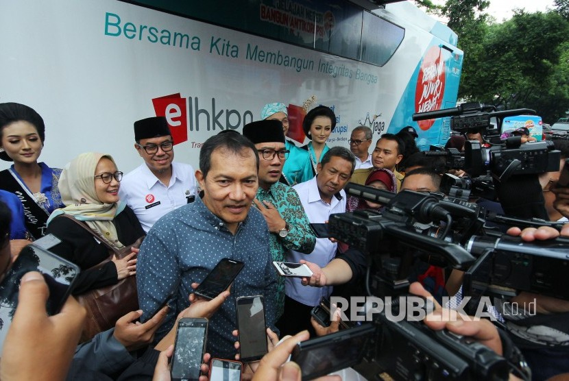 Wakil Ketua KPK Saut Situmorang diwawancara wartawan usai meninjau fasilitas bus Jelajah Negeri Bangun Antikorupsi saat Road Show Kota Antikorupsi, di Balai Kota Bandung, Selasa (30/10).