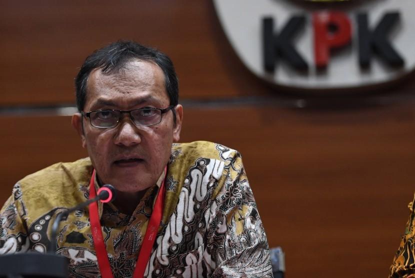 Wakil Ketua KPK Saut Situmorang memberikan tanggapan soal putusan Mahkamah Agung yang membebaskan terdakwa kasus korupsi Surat Keterangan Lunas (SKL) Bantuan Likuiditas Bank Indonesia (BLBI) Syafruddin Arsyad Temenggung di gedung KPK, Jakarta, Selasa (9/7/2019).