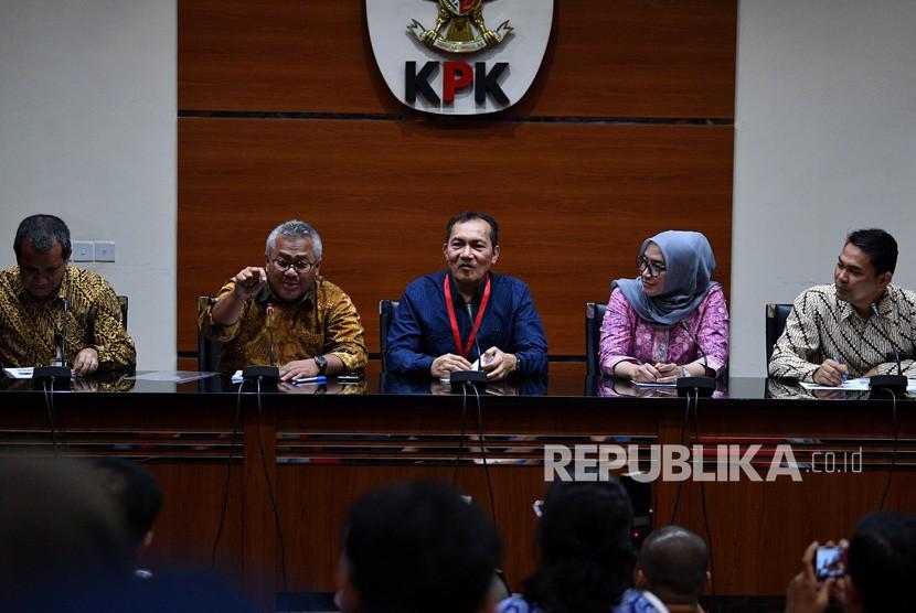 Wakil Ketua KPK Saut Situmorang (tengah), Ketua KPU Arief Budiman (kedua kiri), Komisioner KPU Ida Novida Ginting Manik (kedua kanan), Deputi Pencegahan KPK Pahala Nainggolan (kiri) dan Direktur LHKPN KPK Isnaini memberikan keterangan pers di kantor KPK, Jakarta, Senin (8/4/2019).