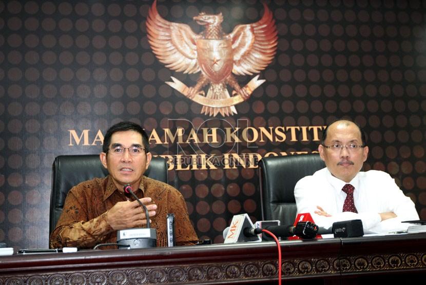 Wakil Ketua MK Hamdan Zoelva (kiri) bersama Sekjen MK Janedri M Gaffar saat memberikan keterangan pada wartawan, di gedung Mahkamah Konstitusi, Jakarta, Kamis (3/10).   (Republika/Adhi Wicaksono)