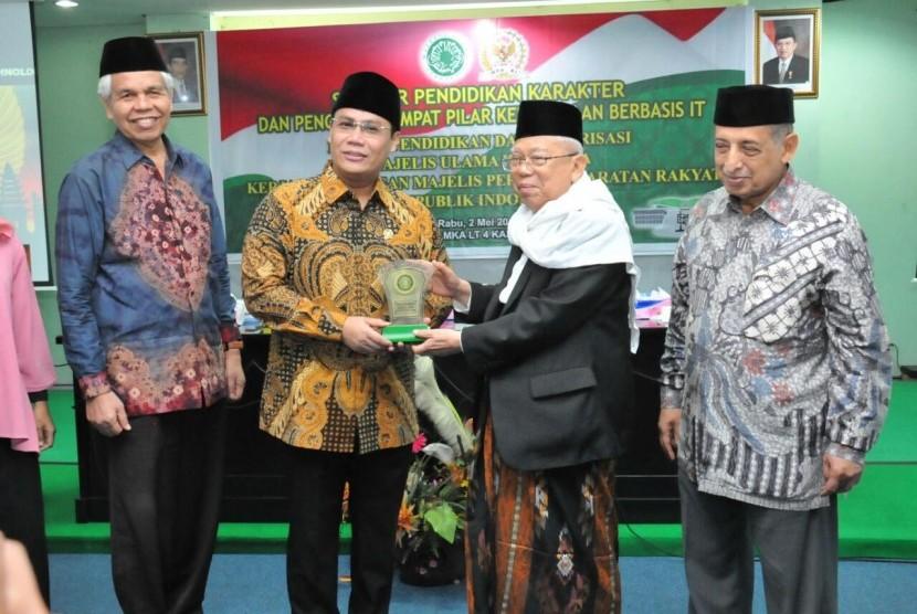 Wakil Ketua MPR Ahmad Basarah (kedua dari kiri) dan Ketua MUI KH Ma'ruf Amin dalam Seminar Pendidikan dan Penguatan Empat Pilar Kebangsaan Berbasis IT dengan bekerja sama dengan MPR RI, Rabu (2/5).
