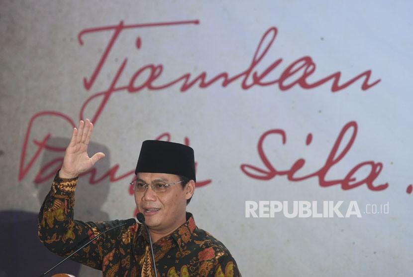 Wakil Ketua MPR Ahmad Basarah menyampaikan orasinya saat Peringatan 73 Tahun Pancasila dan 117 Tahun Bung Karno di Kantor Pos Surabaya, Jawa Timur, Rabu (6/6).