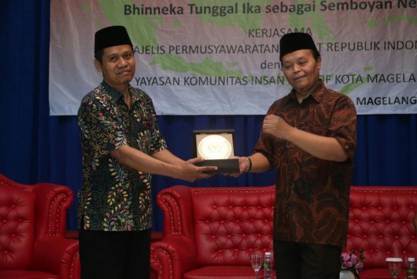 Wakil Ketua MPR Hidayat Nur Wahid (kanan)