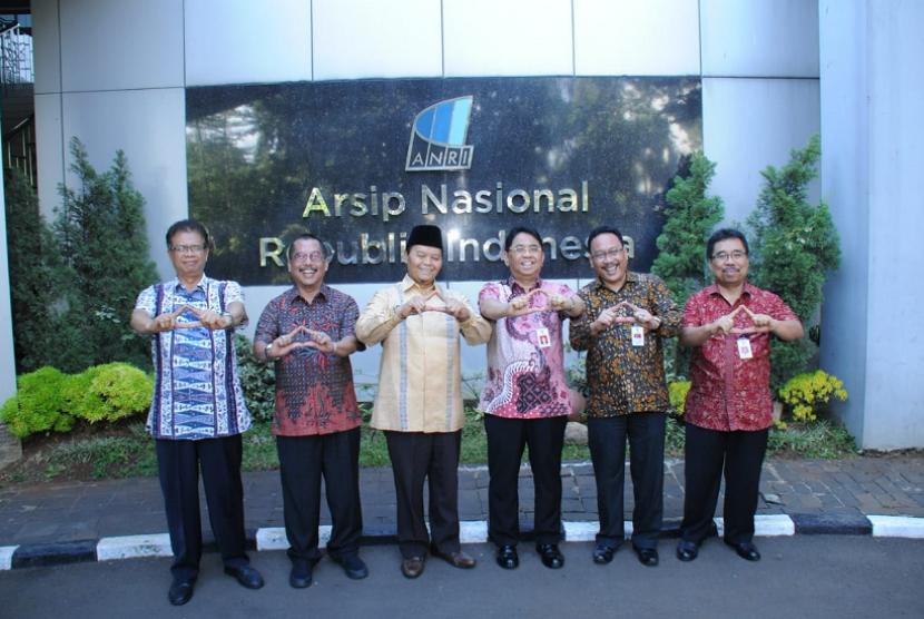 Wakil Ketua MPR Hidayat Nur Wahid mengunjungi gedung Arsip Nasional Republik Indonesia.