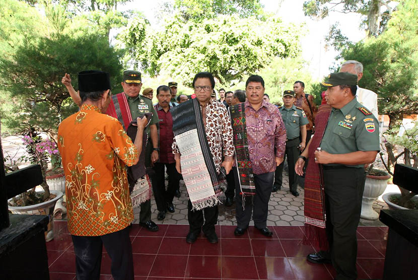 Wakil Ketua MPR Oesman Sapta melakukan tabur bunga dan mengunjungi TB Silalahi Center sebelum membuka sosialisasi Empat Pilar MPR di Parapat, Balige, Sumatera Utara, Sabtu (28/5). (foto : dok. MPR RI)