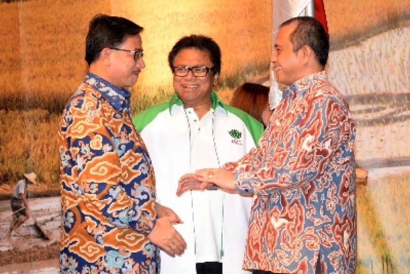 Wakil Ketua MPR Oesman Sapta Odang (tengah).