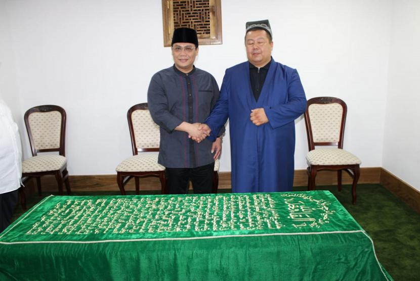 Wakil Ketua MPR RI Ahmad Basarah saat mengunjungi makam Imam Bukhari.