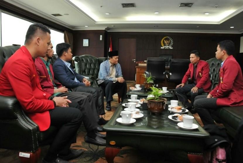 Wakil Ketua MPR RI Hidayat Nur Wahid menerima kunjungan silaturahmi Jajaran delegasi Dewan Pimpinan Pusat Ikatan Mahasiswa Muhammadiyah (DPP IMM), di Ruang Kerjanya, Gedung Nusantara III, Kompleks Gedung MPR/DPR/DPD, Senayan, Jakarta, Jumat (9/3).