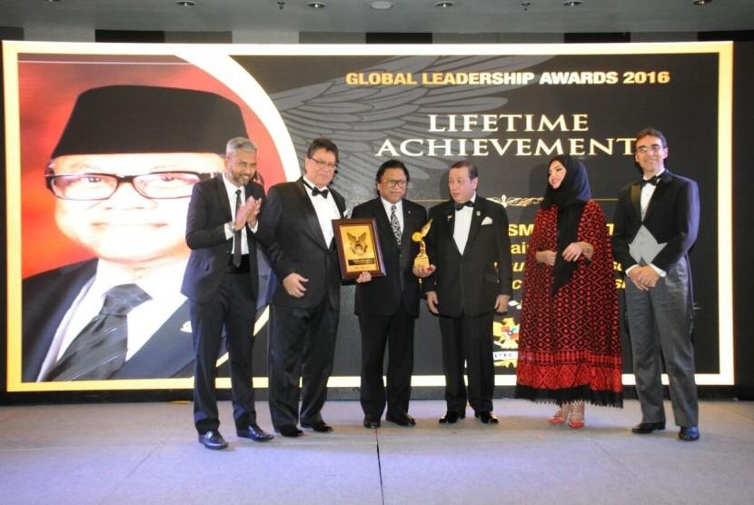 Wakil Ketua MPR RI Oesman Sapta menerima  penghargaan kategori Lifetime Achievement
