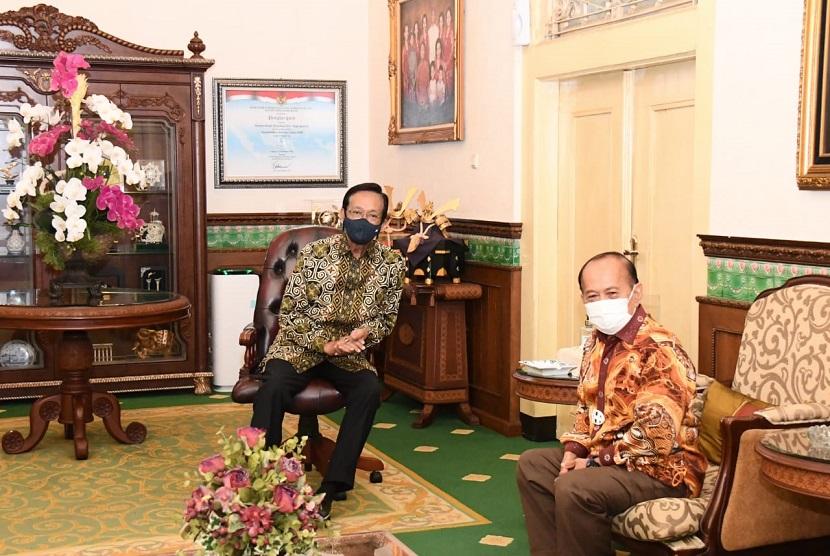 Wakil Ketua MPR Syarief Hasan memuji langkah Gubernur Yogyakarta, Sultan Hamengkubuwono X, dalam menangani pandemic Covid-19 di daerahnya. Ungkapan demikian disampaikan setelah politisi dari Partai Demokrat itu bertemu dengan Sultan di Kepatihan, Kota Yogyakarta, Yogyakarta, 27 Oktober 2020.