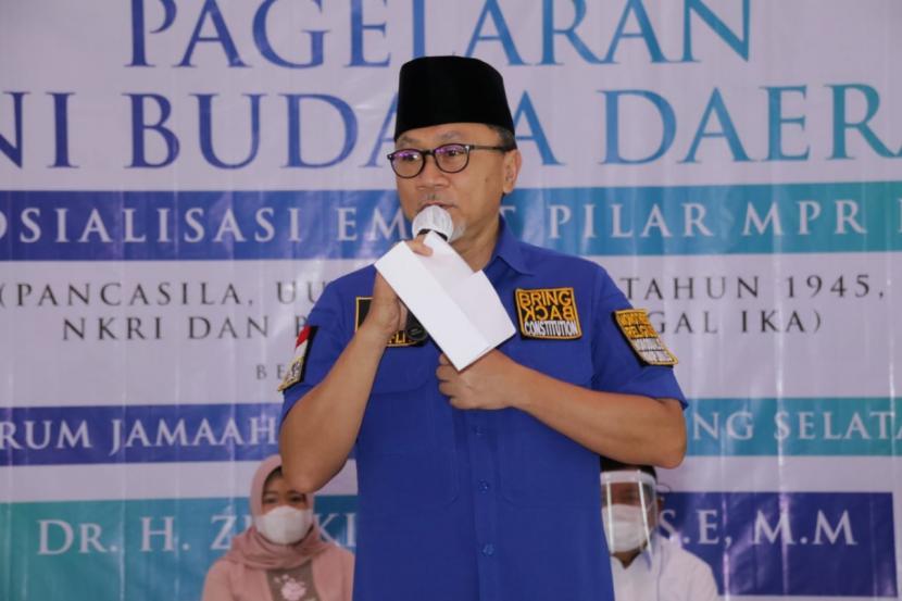 Wakil Ketua MPR Zulkifli Hasan dalam rangka Sosialisasi Empat Pilar MPR kerja sama MPR dengan Forum Jamaah Pengajian Lampung Selatan, di aula SMA Kebangsaan, Penengahan, Kabupaten Lampung Selatan, Lampung, Sabtu (28/11).