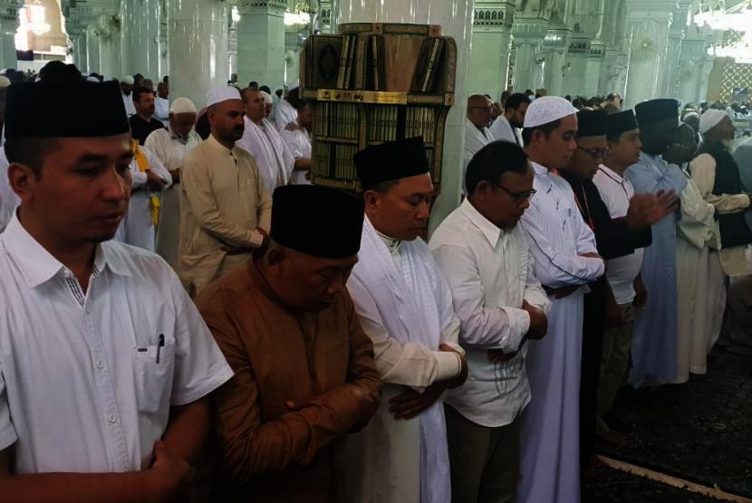 Ketua MPR Zulkifli Hasan (ketiga dari kiri) shalat ghaib di Masjidil Haram untuk mendoakan para korban teror, Rabu (16/5) bersama cendekiawan Muslim Komaruddin Hidayat (keempat dari kiri) dan beberapa WNI.