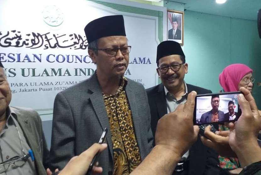Wakil Ketua MUI Pusat, Prof Yunahar Ilyas dan KH Zainut Tauhid Sa'adi usai menyampaikan taushiyah MUI jelang pemilu serentak di kantor MUI, Selasa (9/4).