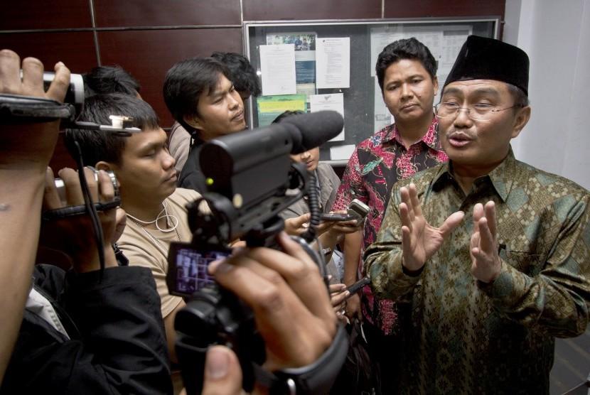 Wakil Ketua Tim Independen Jimly Asshiddiqie menjawab pertanyaan wartawan usai mengadakan pertemuan di Kantor Komnas HAM, Jakarta, Selasa (10/3).