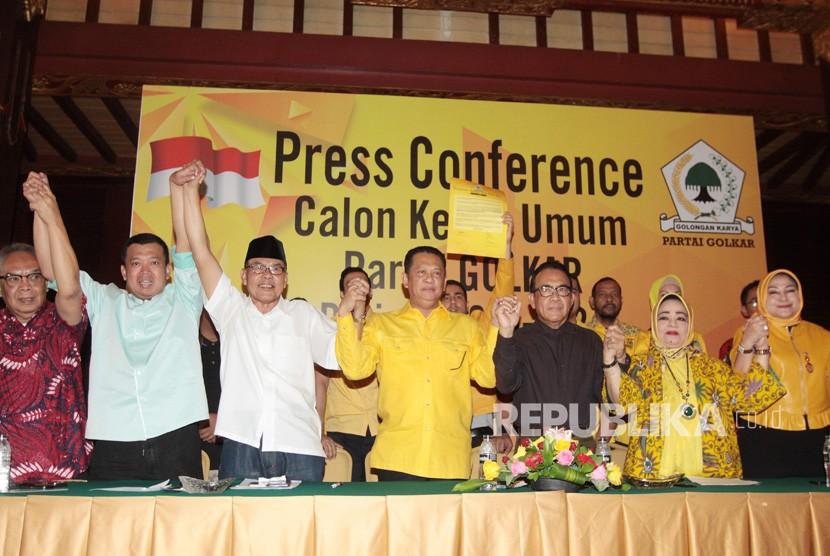 Wakil Koordinator Bidang Pratama DPP Partai Golkar Bambang Soesatyo (tengah) bersama Politikus Golkar Ali Yahya (ketiga kiri), Anggota Dewan Pembina Partai Golkar Paskah Suzetta (ketiga kanan) dan Sejumlah kader partai Golkar saat mendeklarasikan dirinya maju sebagai calon ketua umum Partai Golkar periode 2019-2024 di Jakarta, Kamis (18/7/2019).