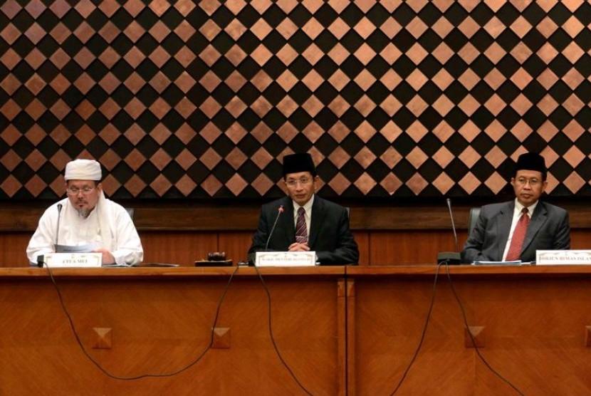 Wakil Menteri Agama Prof Nasaruddin Umar (tengah) didampingi Dirjen Bimbingan Masyarakat Islam Kemenag Prof Abdul Djamil (kanan) serta Wasekjen Majelis Ulama Indonesia (MUI) Tengku Zulkarnaen (kiri) saat sidang Itsbat penentuan awal Dzulhijjah 1443 H di Ka