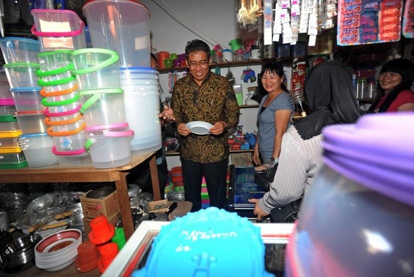 Wakil Menteri Perdagangan Bayu Krisnamurthi (kiri) memeriksa piring melamin di salah satu toko di pasar Alianyang, Singkawang, Kalimantan Barat, Selasa (6/12).
