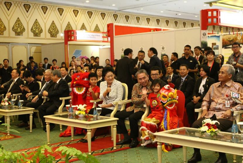 Wakil Perdana Menteri Tiongkok,  Y. M. Liu Yandong menghadiri pembukaan pameran pendidikan tinggi Cina di Indonesia.